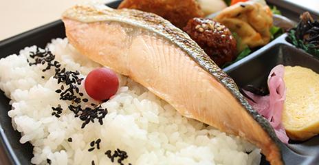 朝&お昼ご飯:今日も大好きな鮭弁当です。鮭おいしいですよね!(笑)